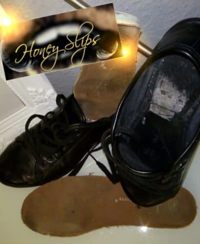Sneaker schön Durchgelaufen mit  sichtbarem Fußabdruck auf den Solen